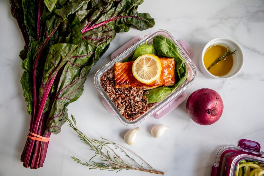 Lunchbox with salmon and kale