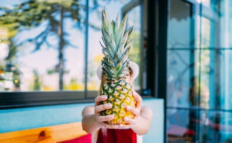 拿着菠萝的妇女