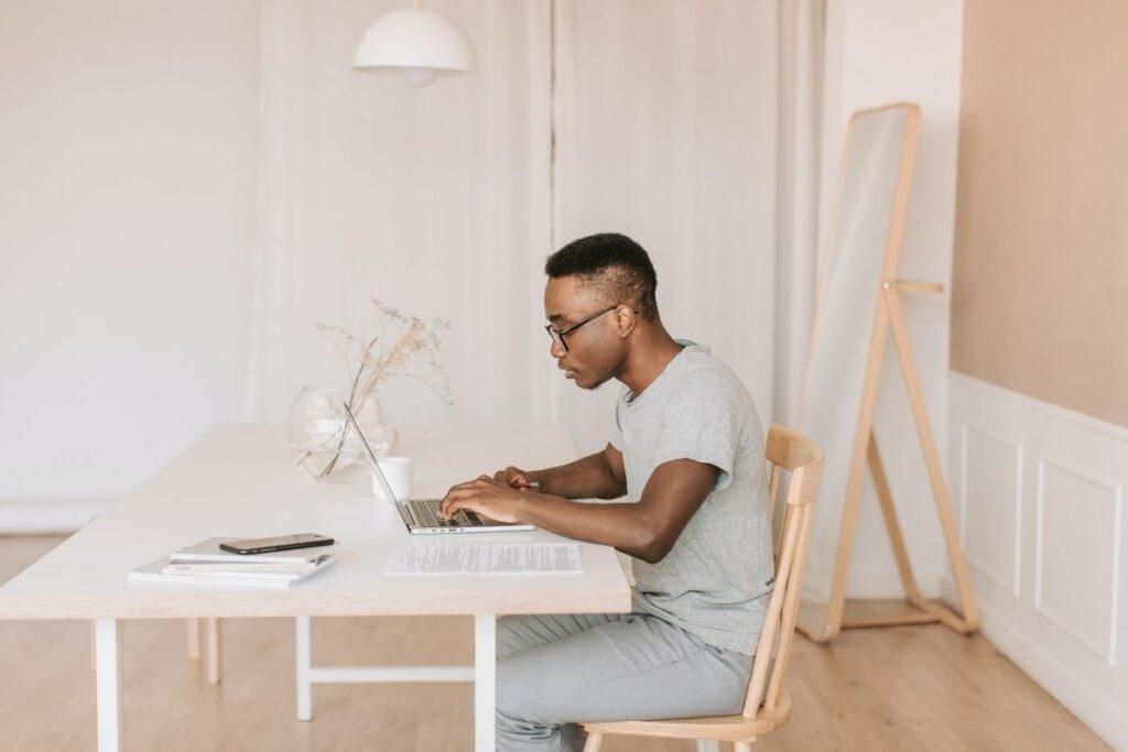 人使用膝上型计算机的人在桌上