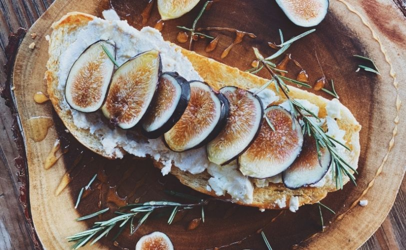 A plate of figs on toast