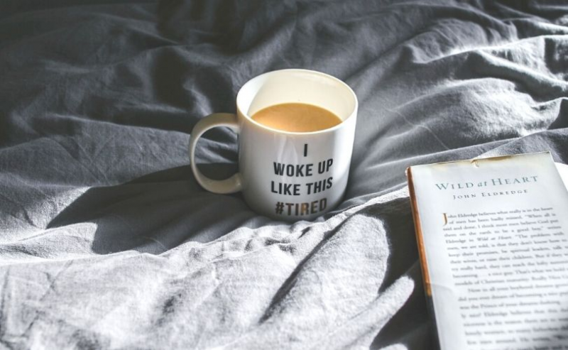 咖啡和开放书在床上