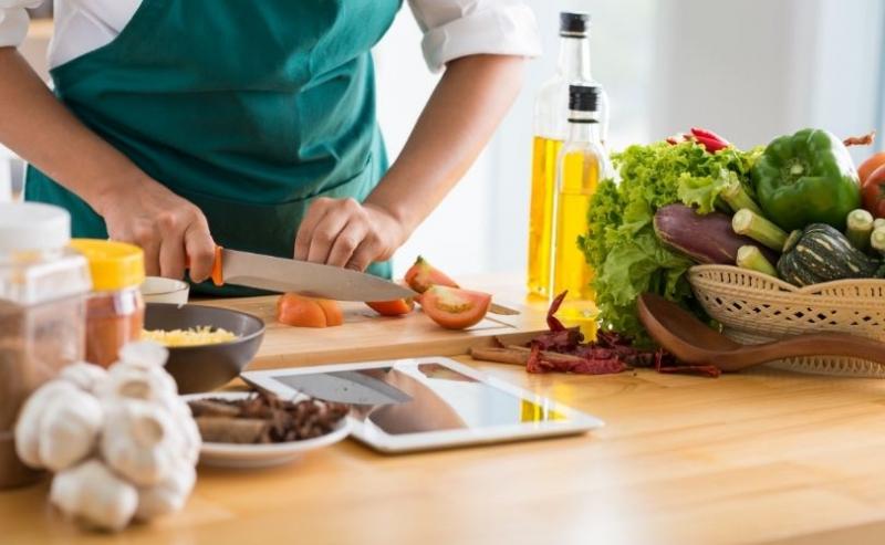 女人切蔬菜