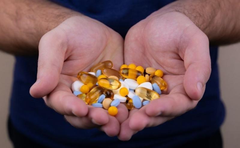 拿着补充剂的人在手中