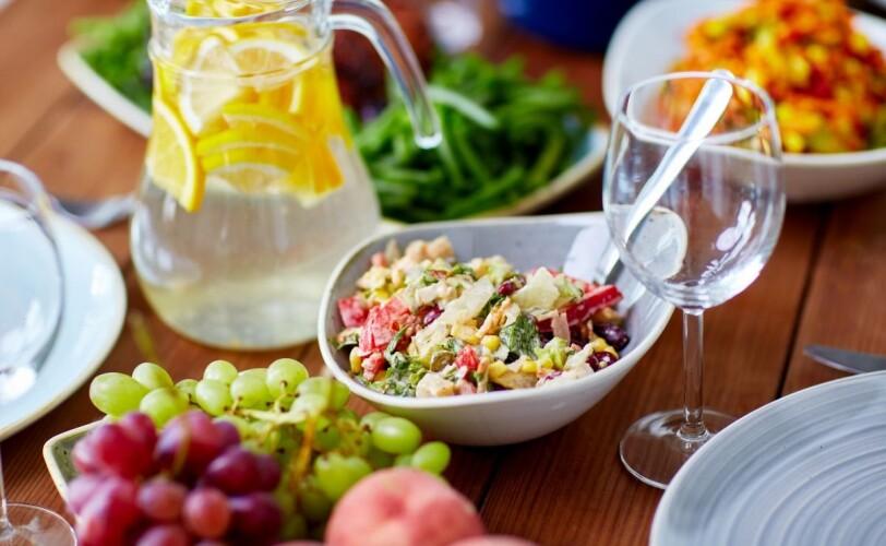 想象一下,早餐桌上摆满了水果和早餐食品